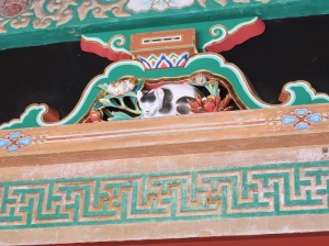 Nemurineko (Sleeping Cat) on Sakashitamon gate