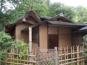 又新亭(ゆうしんてい)、茅葺と杮葺の茶室で落ち着いた雰囲気です。Yushintei, a teahouse with thatch and shingle roof.