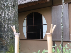 又新亭(ゆうしんてい) 枝を残した四ツ目垣と円窓、Yushintei, teahouse, Yotsume-gaki lattice fence with small branch, and a round window