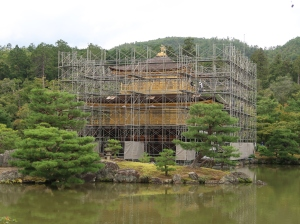 足場で囲われた金閣 まだ工事が始まったばかりなので中の様子も見られます。The golden pavilion covered by scaffolds. It was just started renovation work so a little bit visible inside through the scaffolds.