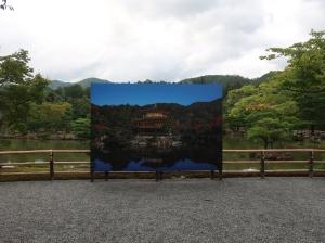 記念写真用?囲いのない金閣寺の写真も準備されていました。Pictures standing at the best picturing spot may be for memory snapshot