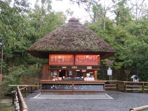 御守売場 可愛らしい姿です。 A cute shape charm selling hut