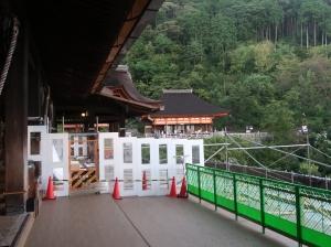 有名な檜舞台は改修中で少ししか出られませんでした。Famous overhanging Hinoki (Japanese cypress) stage was only partly allowed to step out because of renovation work.